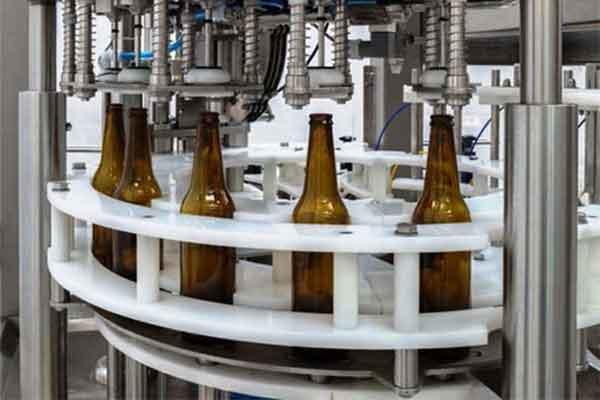 Attrezzature per riempire la birra in pacchetti di vendita.